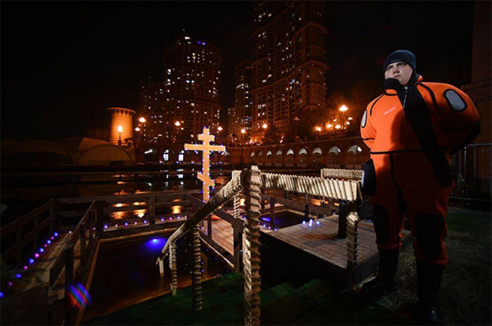 Водолаз-спасатель дежурит во время крещенских купаний на территории яхт-клуба «Алые Паруса» в Москве.
