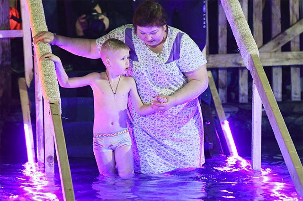 Верующие во время крещенских купаний на территории Измайловского Кремля в Москве.