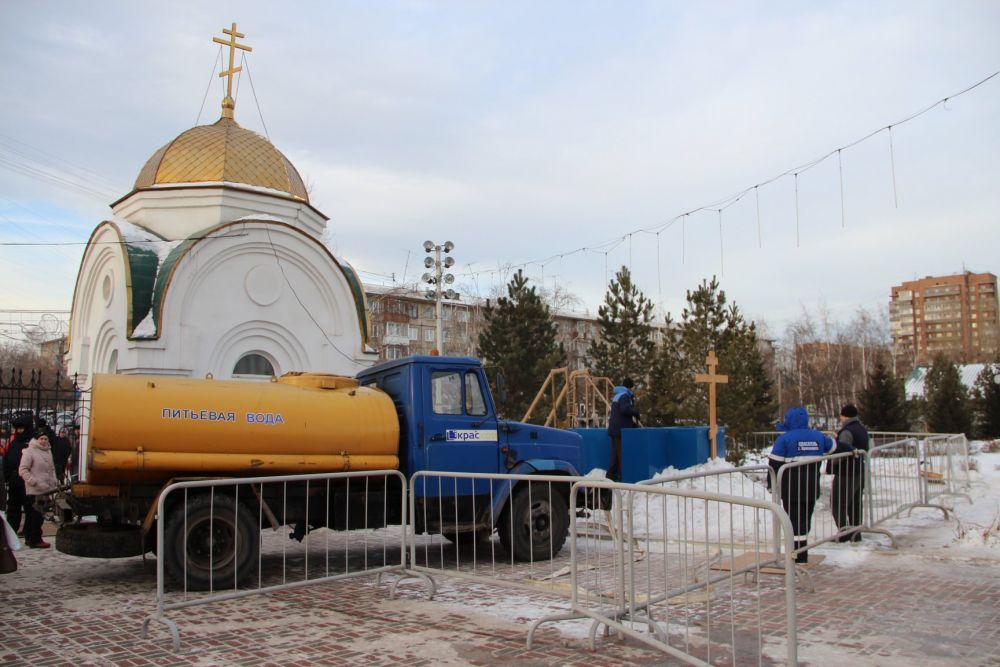 Возле Храма Рождества Христова в Красноярске коммунальщики наполнили купель питьевой водой из машины.