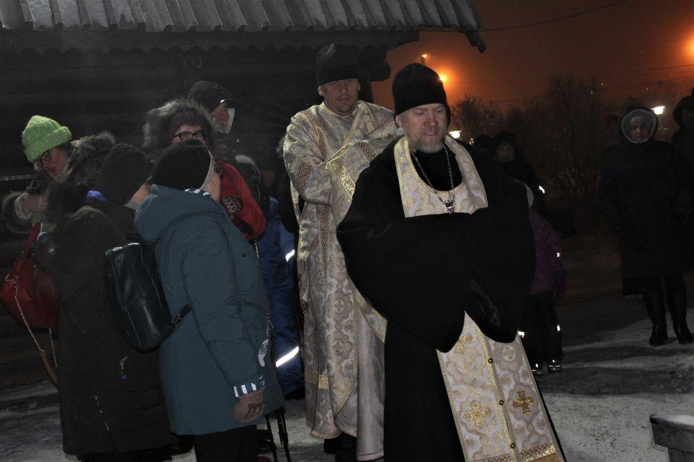 В 21:00 воду в купели освятил отец Владимир, настоятель Пантелеимоновского храма в Мурманске
