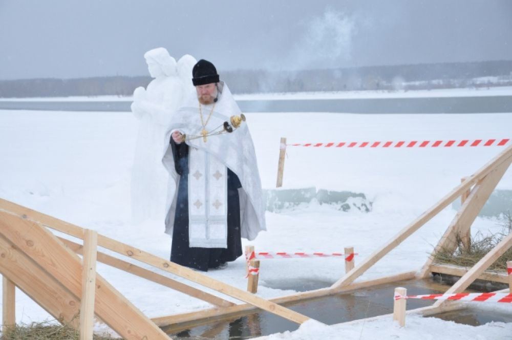 Батюшка от прихода храма во имя святителя Спиридона Тримифунтского проводит службу у купели.
