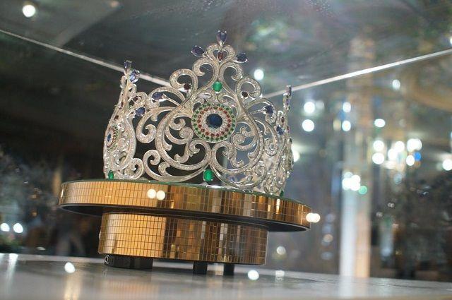 Серебряную корону украшают 1800 камней.