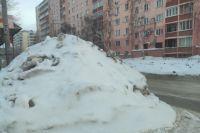 Образовавшиеся после уборки снега сугробы заслоняют видимость выезжающим со второстепенной дороги водителям и могут стать причиной ДТП.