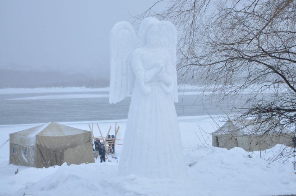Снежные скульптуры ангелов встречали православных у спуска к реке, где была купель.