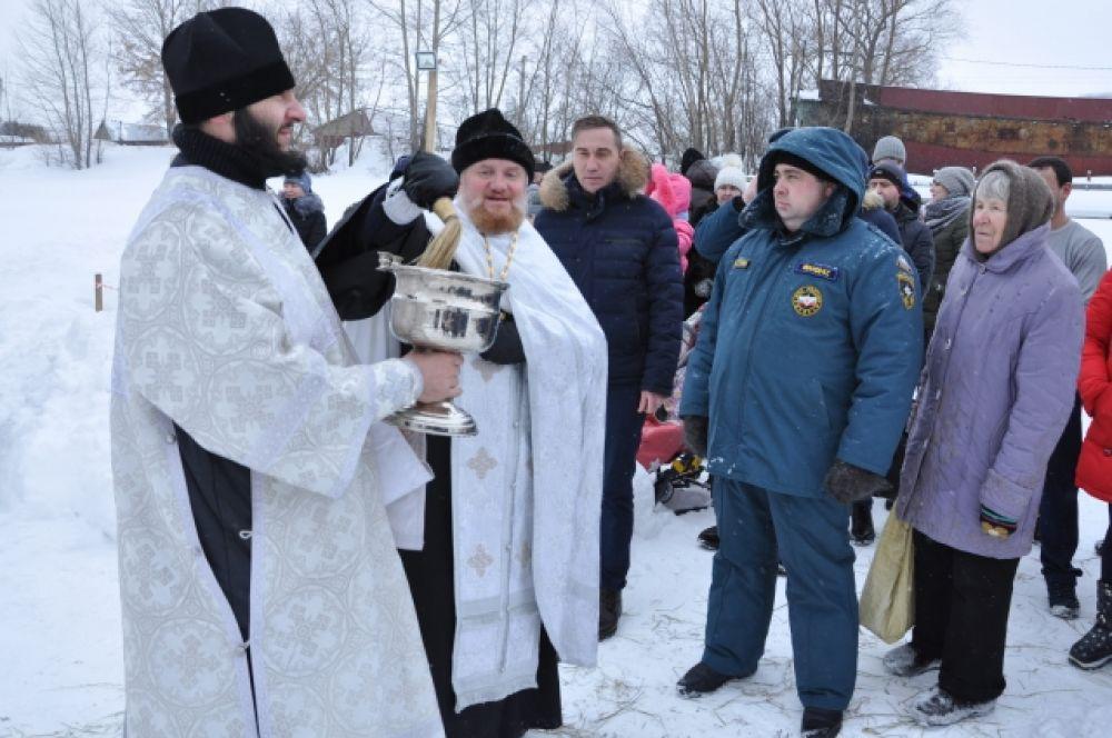 Всех присутствующих на празднике Крещения окропили святой водой.