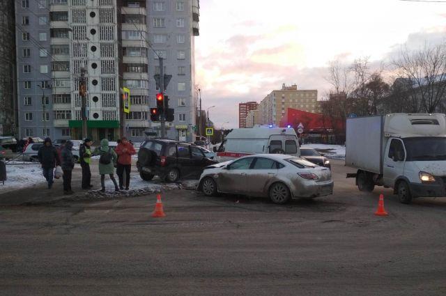 Водитель  Chevrolet Niva при повороте налево не уступил дорогу автомобилю Mazda-6.