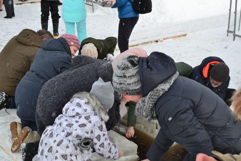 В этом году погода внесла свои коррективы в планы организаторов купелей: тёплая для января погода и отсутствие мороза в предыдущие месяцы привели к тому, что речной лёд оказался гораздо тоньше обычного.