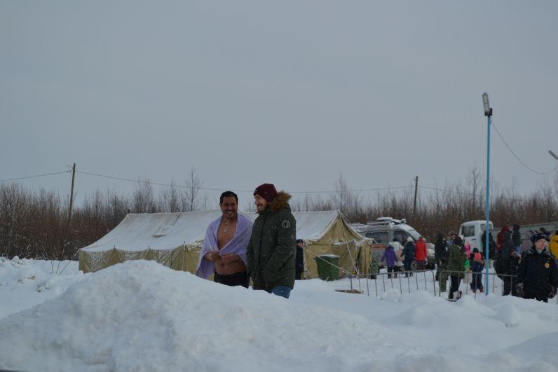После омовения люди согревались в палатках и пили горячий чай.