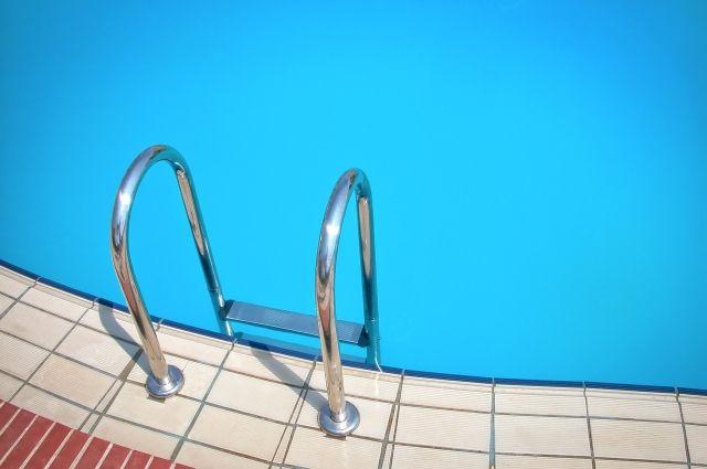 Когда мужчины погрузились в воду бассейна, они вскоре почувствовали дискомфорт в глазах, скорее всего, от большой концентрации хлора.