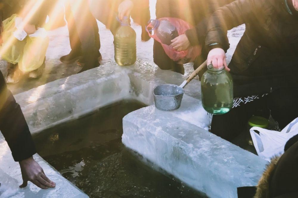 Те, кто не рискнули совершить крещенское омовение, умывались и набирали освященную воду из проруби