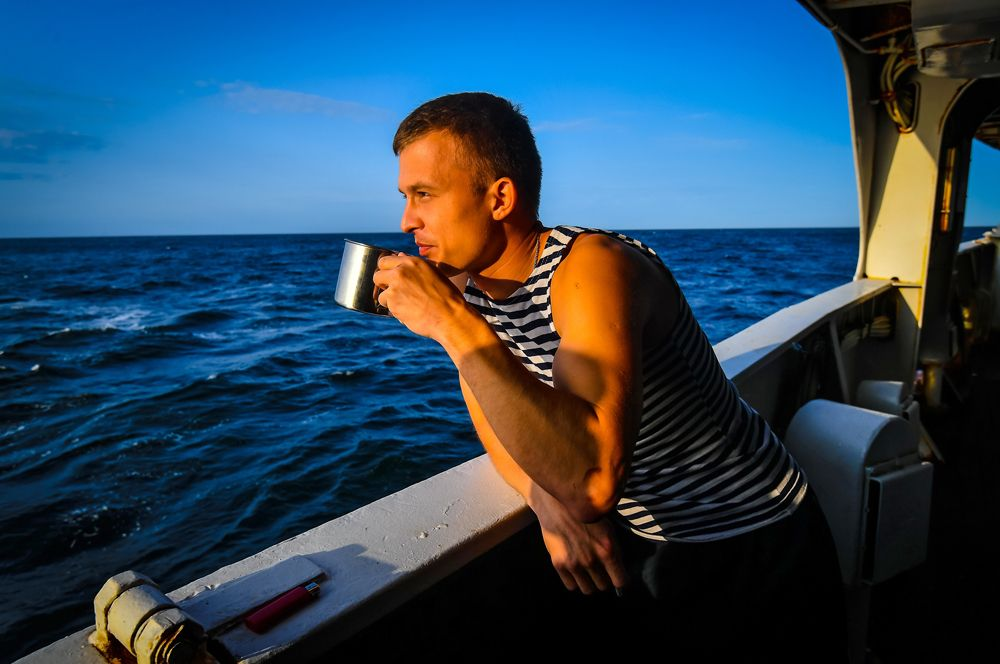 Матрос пьет чай на палубе.