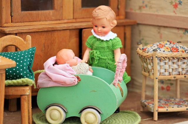 Жительница Новосибирска показала фото странной куклы, которую приобрела в одном из магазинов города.