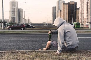 Пьяных правонарушителей в России предложили лечить принудительно - Известия