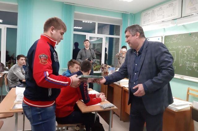Героя наградили, а также вручили благодарственные письма ему и его родителям..