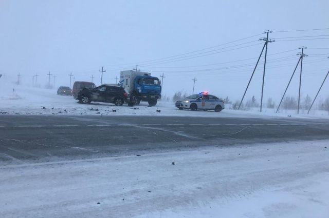 На трассе «Сургут - Салехард» автомобилист за рулем Nissan врезался в КамАЗ