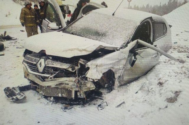 На 38-м километре автодороги она, по предварительной информации, не выбрала безопасную скорость обеспечивающую возможность постоянного контроля за движением транспортного средства, не справилась с управлением и допустила касательное столкновение кроссовером Volkswagen.