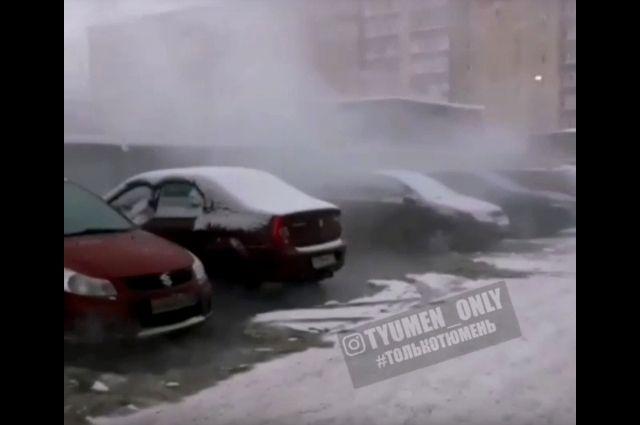 В Тюмени на улице Депутатской кипятком залило припаркованные автомобили
