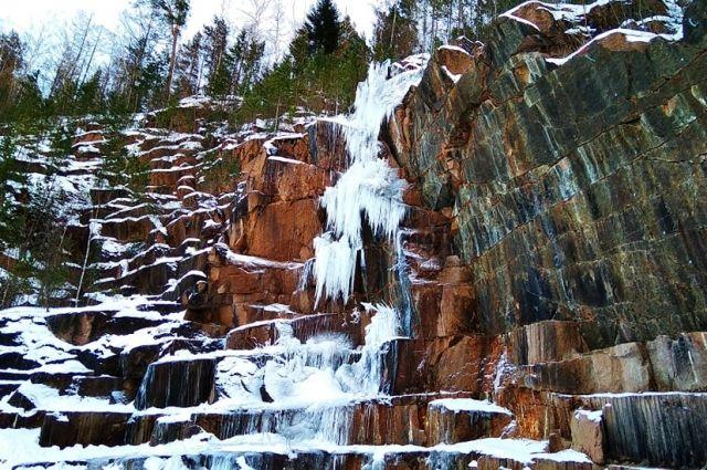 Водопад из льда появляется в Каменном карьере не первый год. Он необходим альпинистам для проведения тренировок.