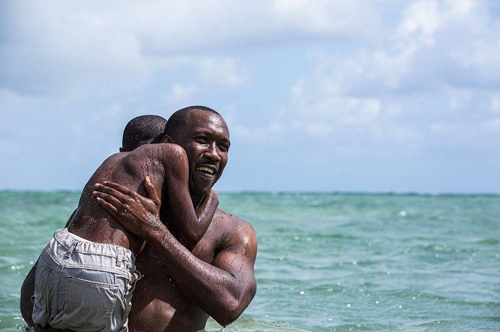5 место. «Лунный свет» (2016). Фильм-повествование о жизни афроамериканца Шайрона из Майами, который учится осознавать себя и ищет свое место в мире.