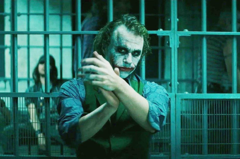 3 место. «Темный рыцарь» (2008). Еще один фильм Кристофера Нолана, вторая часть трилогии о Бэтмене. В этом фильме в Готэме появляется криминальный гений и психопат с вечной улыбкой на лице — Джокер (Хит Леджер).
