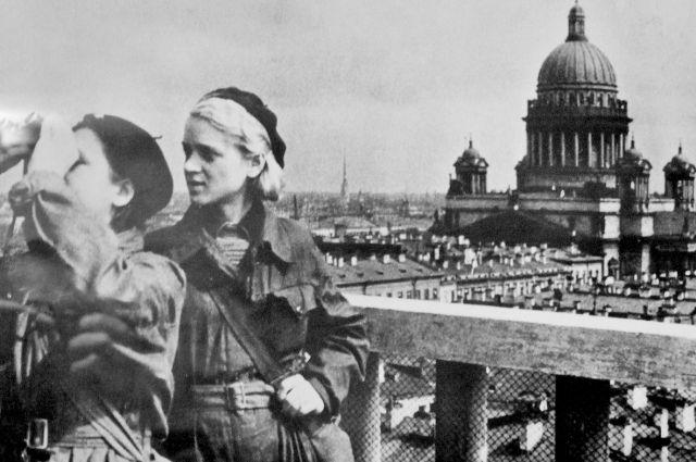 Жертвы - пассивны, а Ленинград трудился и боролся.