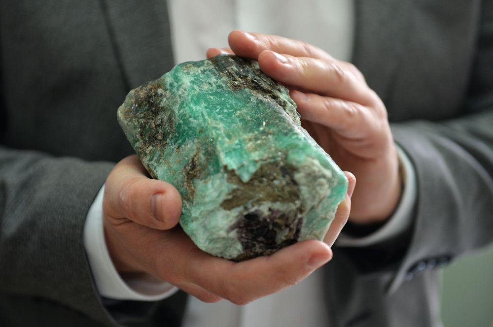 В мае прошлого года на том же месторождении был найден еще более крупный изумруд весом 1,6 кг. Это самый крупный цельный изумруд, найденный на месторождении с 90-х годов, его стоимость может составлять более 4 млн рублей.
