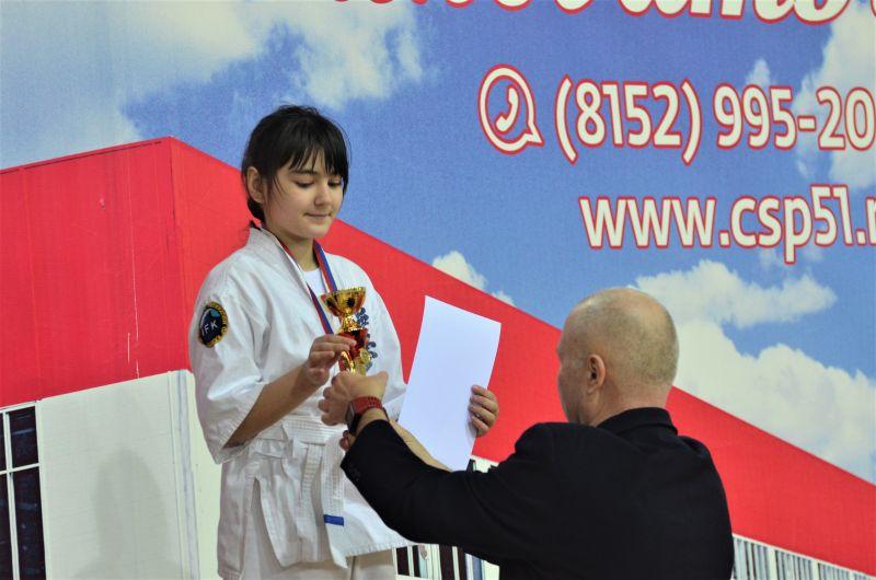 Дарина на пьедестале — награждает обладатель черного пояса Анатолий Криводедов.