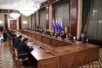 Президент РФ Владимир Путин проводит встречу с членами правительства РФ.