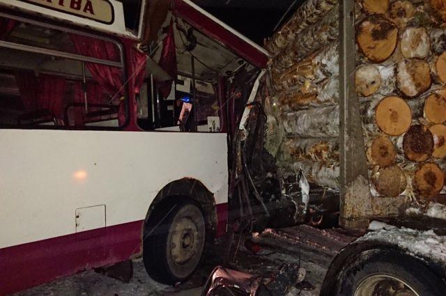 Водитель лесовоза не предоставил преимущество автобусу при повороте.