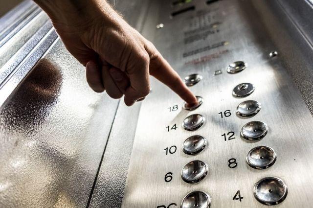 Рабочие проводили монтаж лифта в детской поликлинике, пристроенной к жилому дому.