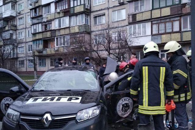 В Киеве автомобиль въехал в остановку: есть жертва и пострадавшие