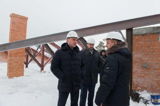 Глава Ноябрьска проверил ход строительства детских садов и многоэтажки