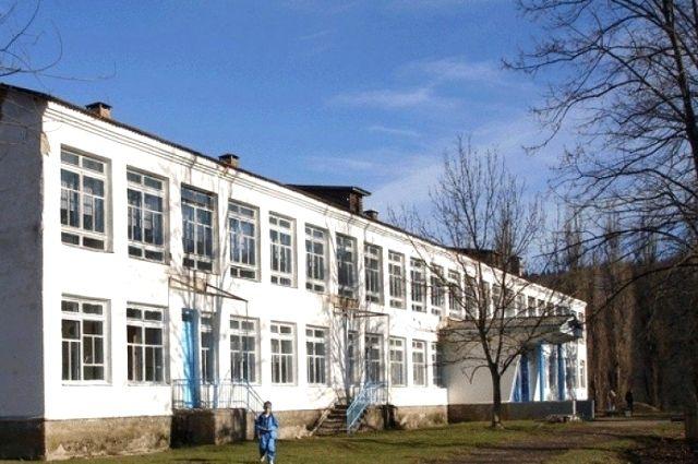 Школа № 27 в поселке Мезмай, на территории которой находились спиленные деревья.