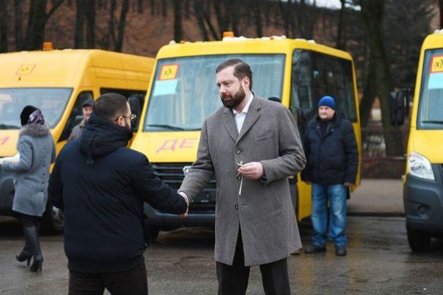 Ключи от новых автобусов в торжественной обстановке вручил губернатор Алексей Островский.