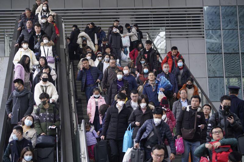 Пассажиры на железнодорожной станции Шанхая.