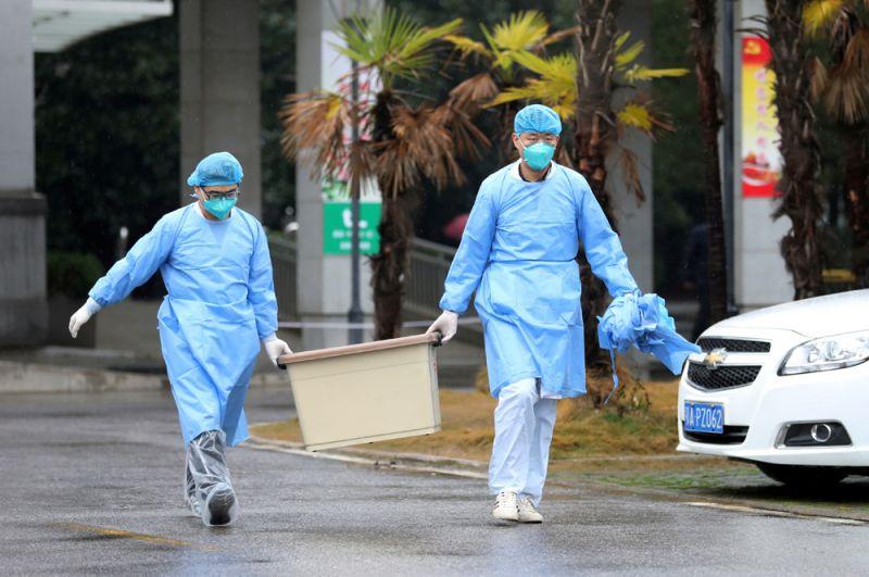 Медицинский персонал больницы Цзиньинтань в Ухане, где осуществляется лечение пациентов с пневмонией, вызванной новым штаммом коронавируса.