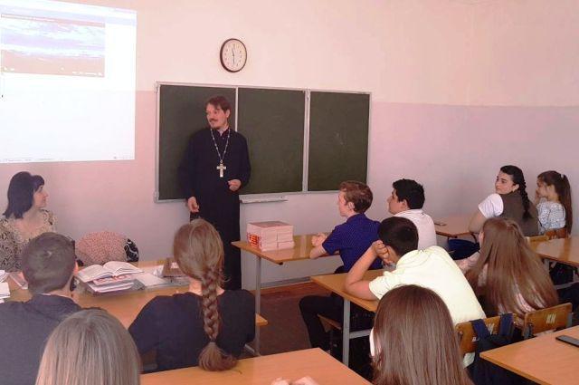 Основы религии ведут учителя, но священнослужителей иногда приглашают на уроки.
