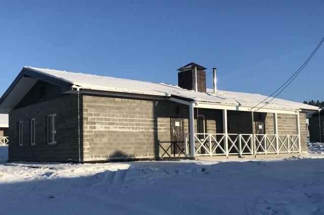 Для пострадавших построили двухквартирные дома: в каждой квартире есть электрическая плита и индивидуальный котёл, а рядом - приусадебный участок.