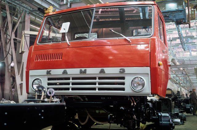 Первый грузовой автомобиль-тягач КамАЗ-5320 сходит с конвейера, 1 февраля 1976 г.