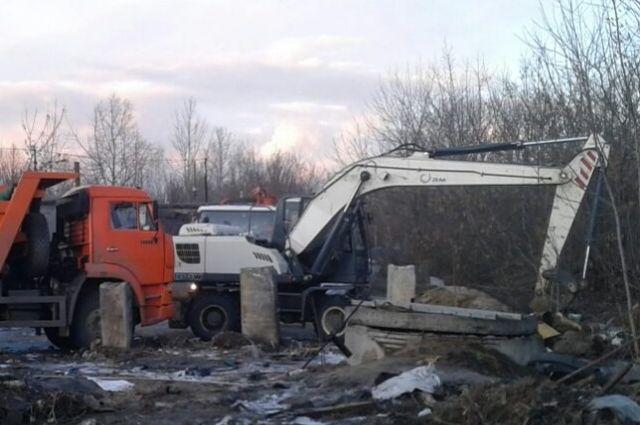 На месте аварии работает техника