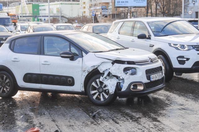 В Киеве произошло ДТП с участием пяти автомобилей, пострадал мужчина