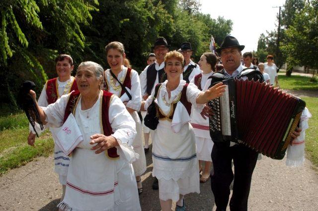 На свадьбы в Сербии собираются даже самые дальние родственники и знакомые.