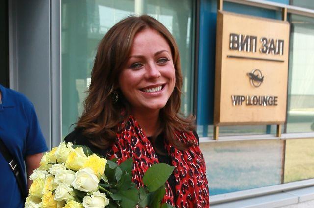 Певица Юлия Началова сотцом продюсером Виктором Началовым ваэропорту «Шереметьево», 2012 год.