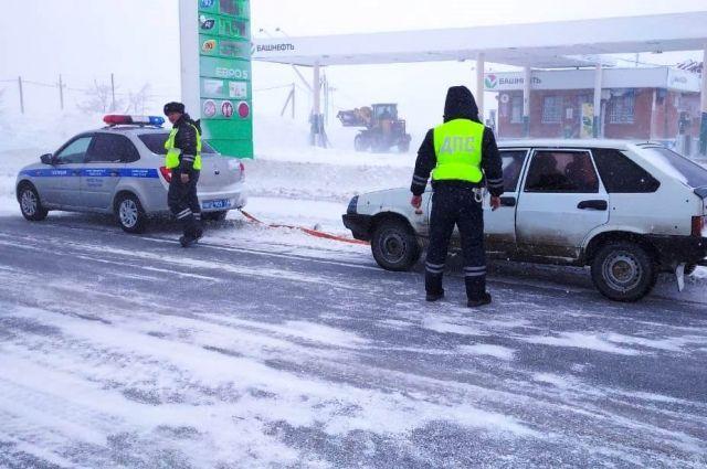 Под Орском сотрудники ГИБДД спасли трех человек от ледяного плена