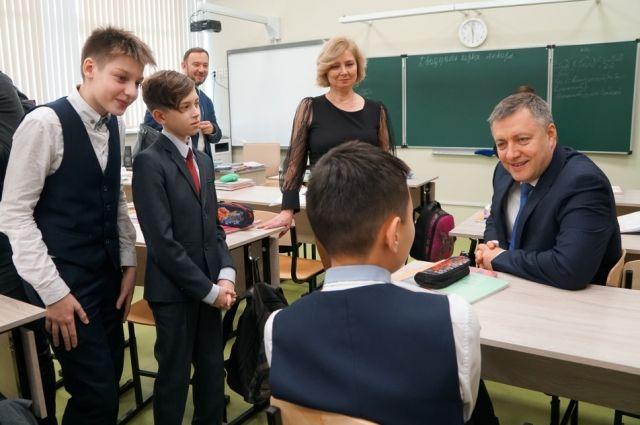 Игорь Кобзев уже побывал во многих социальных и образовательных учреждениях, в том числе в современнейшей школе №19 в Иркутске.