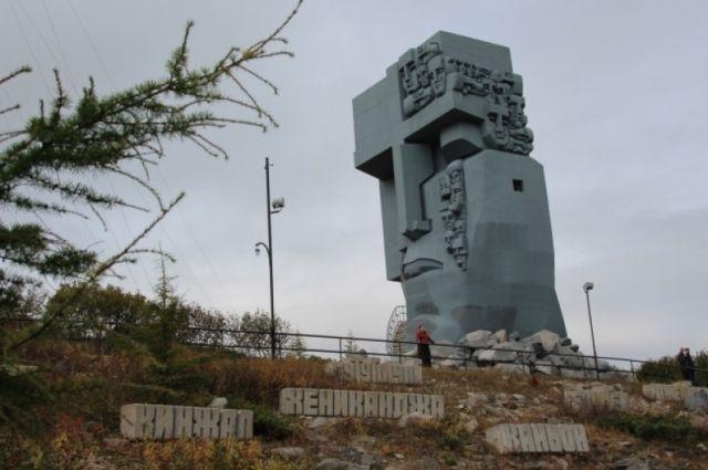 Коммунальщики покрасили «Маску скорби» плотной краской, это испортило замысел автора памятника.