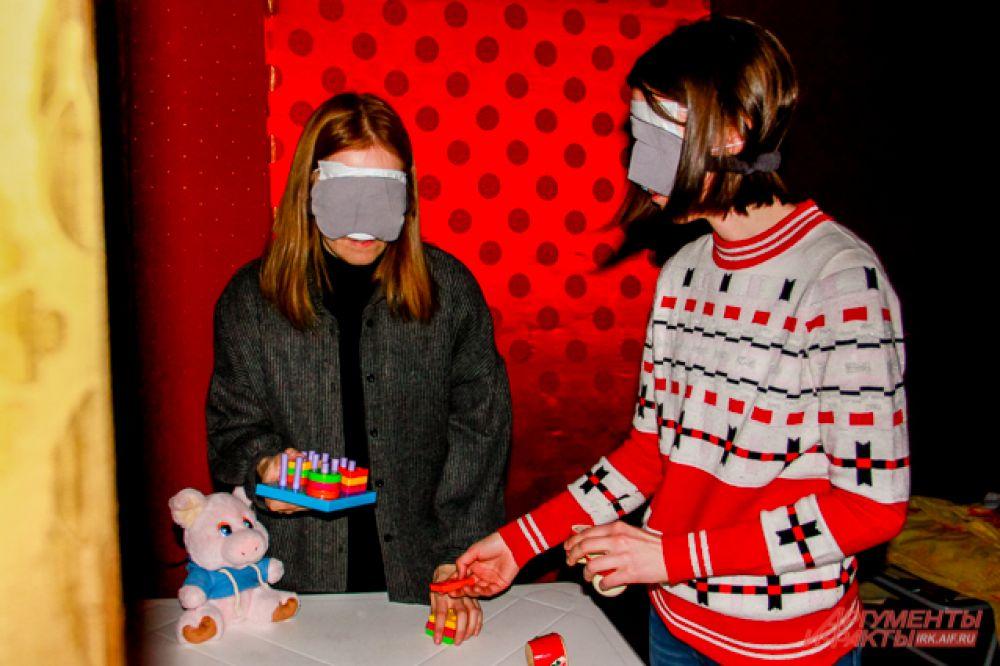 На одном из столов участникам было необходимо собрать детскую игрушку-сортёр, напоминающую пирамидки, и матрёшку
