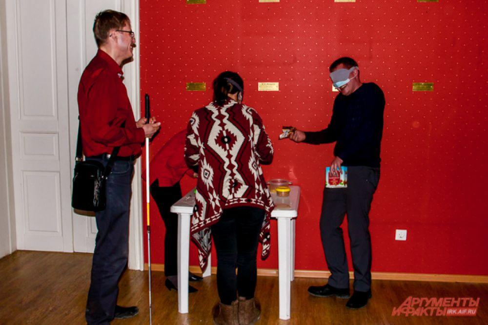 В темноте комната показалась сотрудникам куда просторнее, чем была на самом деле, из-за того, что без зрения ориентироваться в пространстве было сложнее