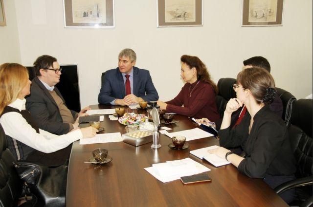И.о. министра культуры Новосибирской области Юрий Зимняков встретился с атташе по культуре посольства Австрии и России Симоном Мраз.
