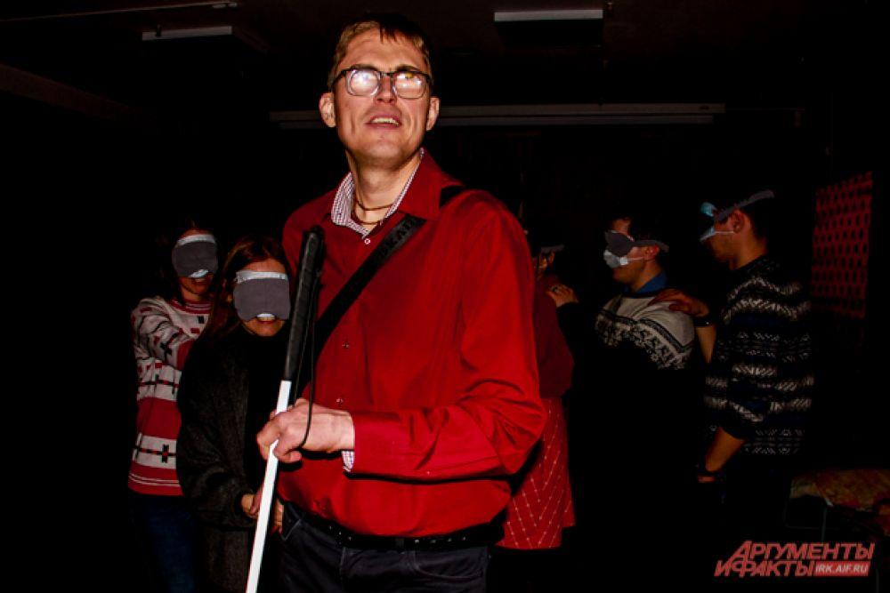 Роль экскурсовода на себя взял Игорь Журенко - у мужчины также проблемы со зрением, но они не мешают ему жить полной жизнью